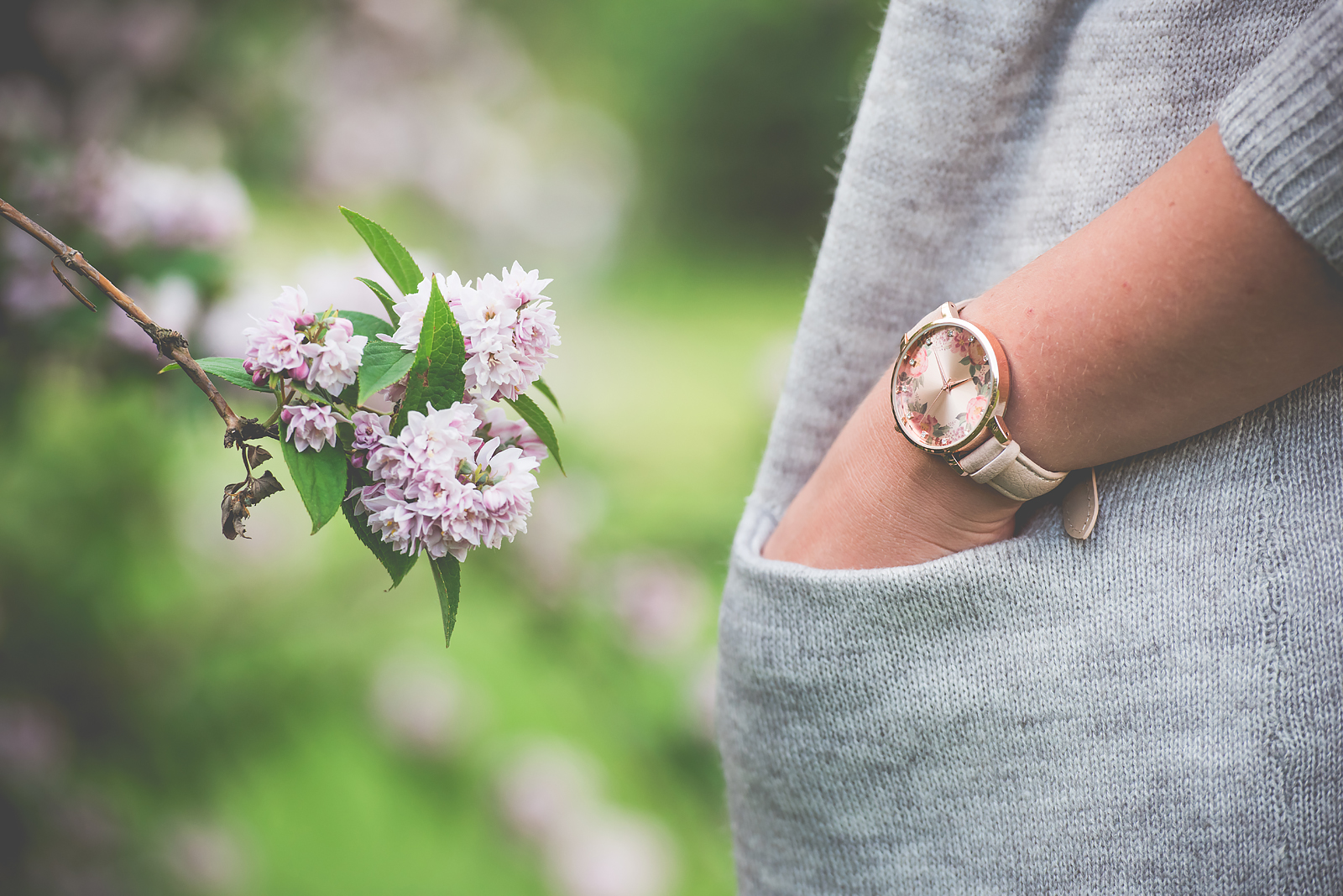 zegarek rozowy sweter szary