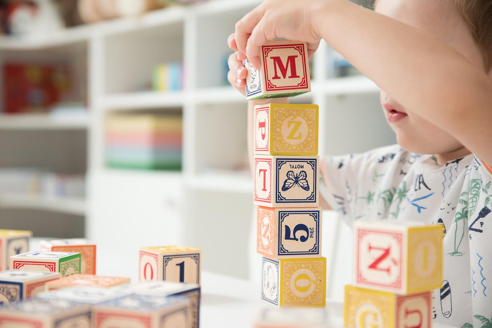 drewniane klocki alfabet